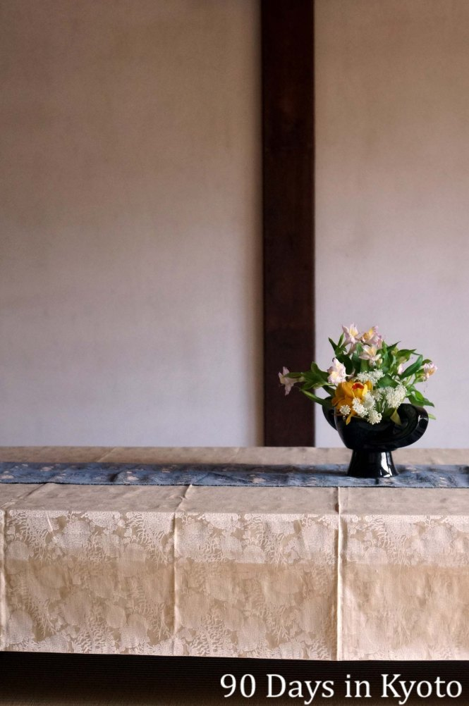 A simple flower arrangement in a reception room near the entrance of Toji-in temple (等持院)